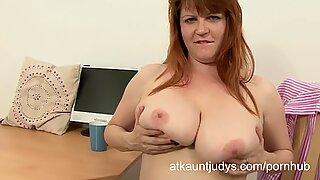 sugary Lucy masturbates her mummy coochie