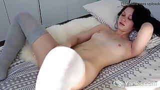 Yanks Brunette Lulu Reynolds Masturbating